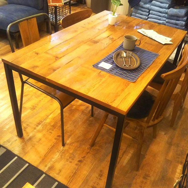 木材の風合いを生かした、味わい深いダイニングテーブルをご紹介します!古材と呼ばれる「使われていた木材」を使用していて、使われていた頃に入った傷や釘後等を敢えてそのまま残すことで独特の風合いを楽しんで頂けるものになっています組み合わせるダイニングチェアによって様々な雰囲気が出るので古材に合わせたアンティーク風なチェアで重圧感を出したり、バラバラのチェアを合わせてカフェ風にしたり様々な用途で使うことができます是非とも立川店にてお試しください#BICASA#ららぽーと#立川#家具#インテリア#ヴィンテージ家具#ダイニングテーブル#木目#アンティーク家具#西海岸#木目調テーブル#木目調家具#古材#古材テーブル#おしゃれ家具#ヴィンテージテーブル#木目家具#アンティークテーブル#立川家具#ららぽーと家具#ウッドテーブル#ウッド