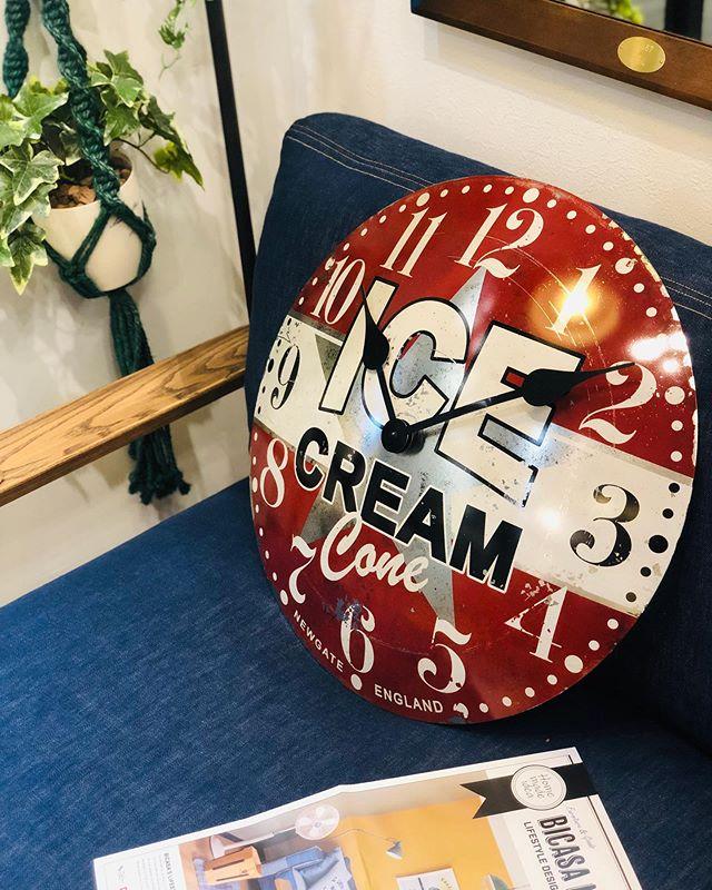 〜BICASA立川店スタッフがオオスメするおしゃれ時計〜毎日時刻を確認する為に見る時計はお気に入りのモノを飾りたい。BICASAスタッフがオススメする時計は洗練されたデザインからヨーロッパ諸国を中心に世界各国で人気が高くファンが多いことでも有名な時計です。TVや映画、有名ホテル、レストランでも使用されレトロ、アンティークをテーマにデザインされた時計は、何十年前からそこにあるかのような存在感があります。ぜひ、店舗にてご覧ください!スタッフ一同お待ちしております。FROM UNITEDKINGDOM #interior #design #furniture #bicasa #hachioji #celeo #ビカーサ #立川 #ららぽーと立川  #インテリア #インテリアショップ #おしゃれ #カフェ風#カフェ風インテリア #男前インテリア #自分らしく #ライフスタイル #雑貨 #インテリア雑貨 #雑貨好き #デザイン雑貨ややらゆ#インダストリアル#西海岸#カリフォルニア#ヴィンテージ#アンティーク#時計