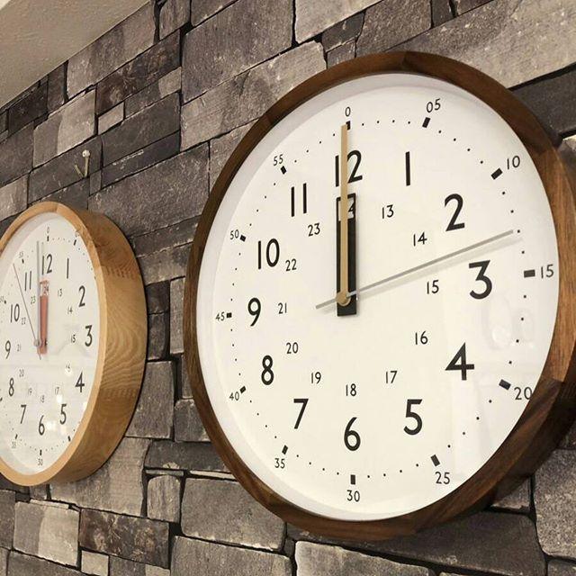 木目の美しさ際立つレトロな掛け時計BICASAオリジナルの限定カラー サンセットキャメルは夕暮れ時に差し込む光をモチーフにデザインしました。ウッドのフレームによって様々なコーディネートに合う万能な存在です幅30センチの壁掛け時計は知育などにも活用できる文字と視認性の高い文字盤が魅力の電波時計です是非、店頭にてご覧ください#bicasa #ビカーサ #bicasa立川 #ビカーサ立川 #ららぽーと立川立飛 #ららぽーと立川 #ヴィンテージインテリア #ヴィンテージスタイル #西海岸 #西海岸インテリア #西海岸スタイル #西海岸テイスト #カリフォルニアスタイル #カリフォルニアハウス #カリフォルニアインテリア #インダストリアル #インダストリアルインテリア #インダストリアルスタイル#時計#掛け時計#レトロ#ヴィンテージレトロ時計#ヴィンテージ時計#ウッド#ウッド調#おしゃれ時計#電波時計#木目#雑貨#おしゃれ雑貨