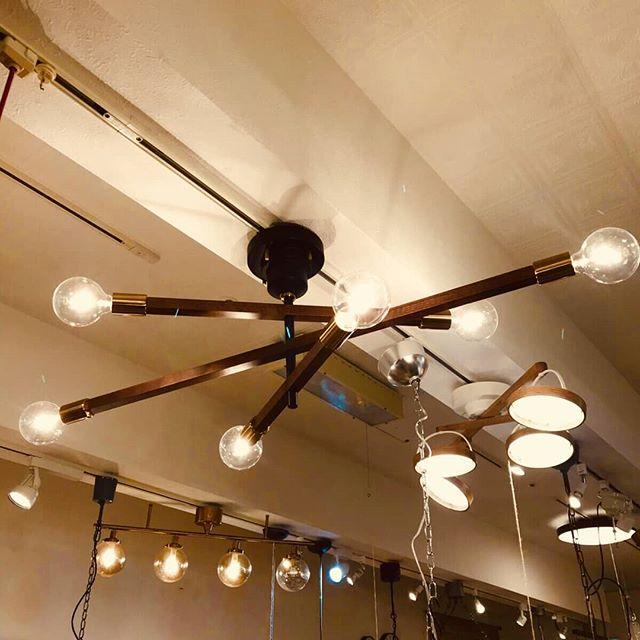 天井を走る3つのラインに木を採用した、優しく暖かな雰囲気の照明3本のアームはそれぞれに340度回転するので、お好きな角度で自由にライティング可能。6個の電球で明るさも確保し、8畳から10畳程度の広さまで対応していますナチュラルなウッドアームが柔らかいテイストを醸し出すお部屋の主役になる照明ですこれひとつでおしゃれな空間になること間違いなしBICASA立川店にて是非ともご覧ください#bicasa #ビカーサ #bicasa立川 #ビカーサ立川 #ららぽーと立川立飛 #ららぽーと立川 #ヴィンテージインテリア #ヴィンテージスタイル #西海岸 #西海岸インテリア #西海岸スタイル #西海岸テイスト #カリフォルニアスタイル #カリフォルニアハウス #カリフォルニアインテリア #インダストリアル #インダストリアルインテリア #インダストリアルスタイル#照明#スポット照明#おしゃれ照明#木#ウッド#リビング照明#リビング#ライト#電気#6灯#天井付け