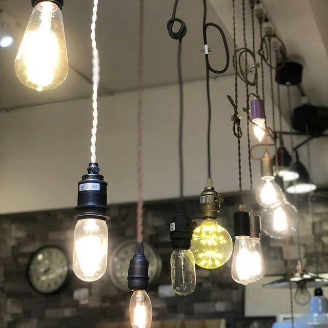 さりげなくお部屋の雰囲気を演出するおしゃれな電球のご紹介BICASAには照明だけでなくちょっと変わった形の電球も置いています優しいオレンジの光でどこかレトロな雰囲気が漂う電球、まんまるの形が存在感のある電球、細い棒状の形をした電球など 形にちょっと個性があるだけでお部屋のワンポイントになります特にイチオシなのが球体の中に小さなLEDの電球がたくさんちりばめられた、見た目がとってもきれいな電球。これはもうずっと眺めていられますね白熱球とLED電球どちらも電気屋さんではあまり見かけないような遊び心あるものが揃っておりますディスプレイにて光りかたをチェックすることもできますので是非、店頭にてご覧ください#bicasa #ビカーサ #bicasa立川 #ビカーサ立川 #ららぽーと立川立飛 #ららぽーと立川 #ヴィンテージインテリア #ヴィンテージスタイル #西海岸 #西海岸インテリア #西海岸スタイル #西海岸テイスト #カリフォルニアスタイル #カリフォルニアハウス #カリフォルニアインテリア #インダストリアル #インダストリアルインテリア #インダストリアルスタイル#電球#おしゃれ電球#LED電球#おしゃれLED電球#白熱球#おしゃれ白熱球#エジソン球#おしゃれエジソン球#ライト#おしゃれライト