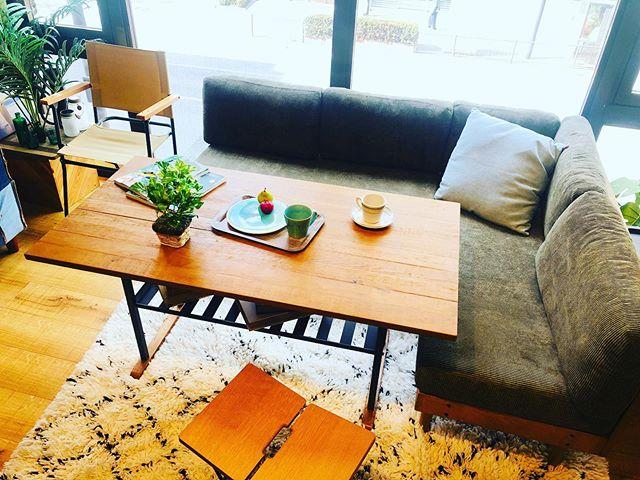 木の温もりを感じる質感がナチュラルで明るい雰囲気を演出してくれるミドルテーブルが新登場!! 無垢材の風合いを大切に木、本来の温もりを感じられる仕上げに。色、デザインにもこだわったアイアンの角パイプとウッドの組み合わせがインダストリアルのテイストとカフェの様なホッと落ち着く空間を演出します。使うごとに風合いが増し、愛着が湧いてくるテーブルです。LDソファ用のテーブルとして、食事やティータイム、事務作業などがしやすい高さで作られています。店頭にて展示しております。是非、お越しくださいませ!#bicasa #ビカーサ #bicasa八王子 #ビカーサ八王子 #八王子 #bicasa本店 #ヴィンテージインテリア #ヴィンテージスタイル #西海岸 #西海岸インテリア #西海岸スタイル #西海岸テイスト #カリフォルニアスタイル #カリフォルニアハウス #カリフォルニアインテリア #インダストリアル #インダストリアルインテリア #インダストリアルスタイル#新生活#ライフスタイル#新居#引越し